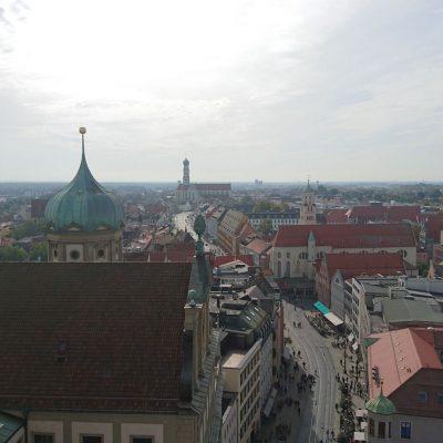 Blick auf Augsburg vom Perlachturm aus nach Süden mit den Rathausdach links und der Basilika St. Ulrich und Afra im Hintergrund