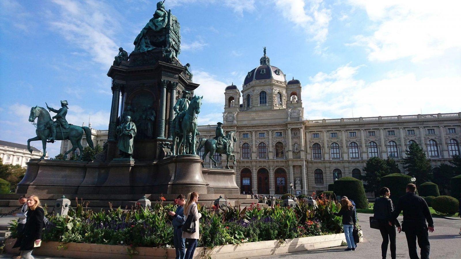 Das Maria-Theresien-Denkmal und das Kunsthistorische Museum im Hintergrund in Wien