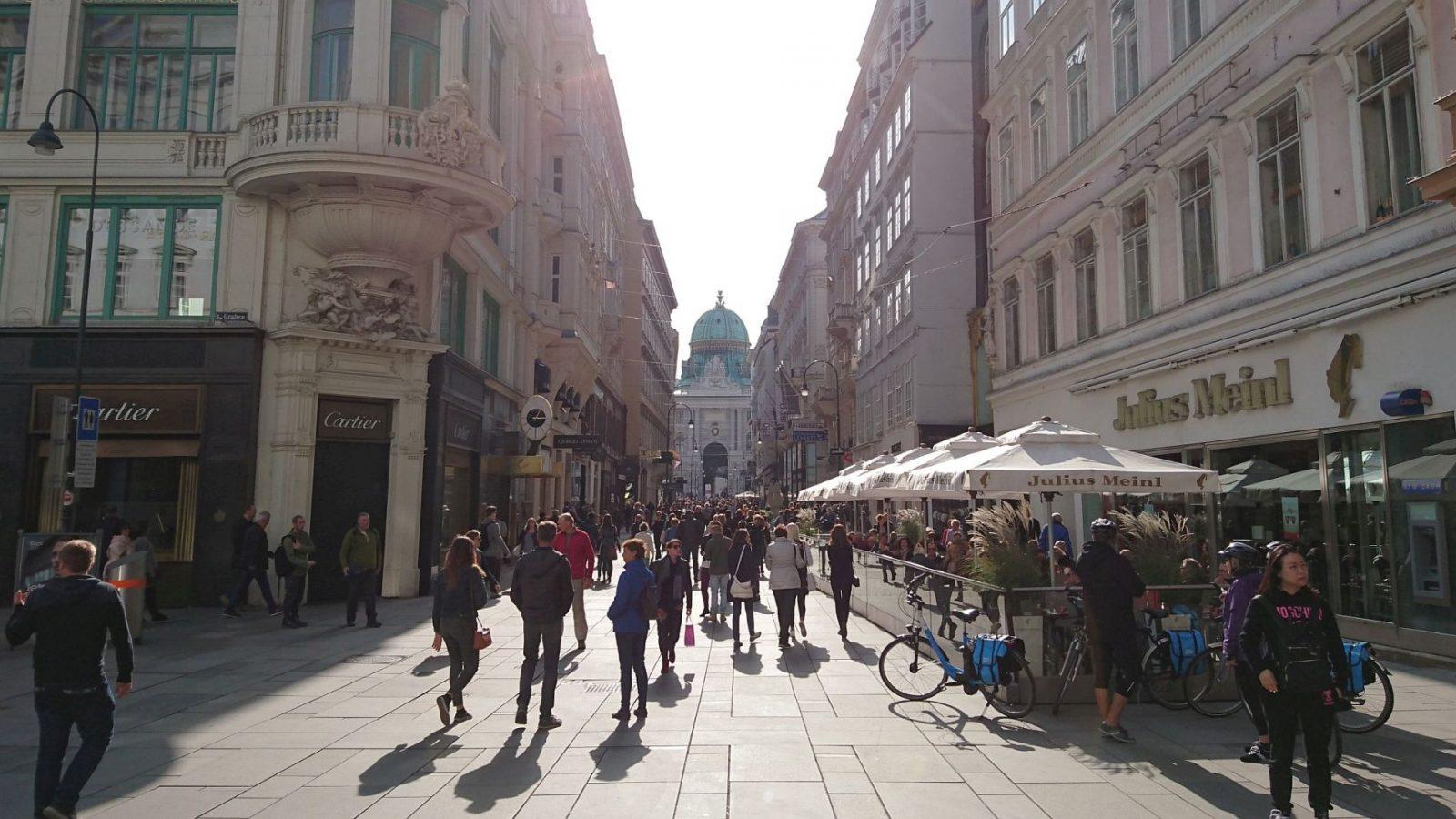 Blick auf die Hofburg durch den Kohlmarkt in Wien