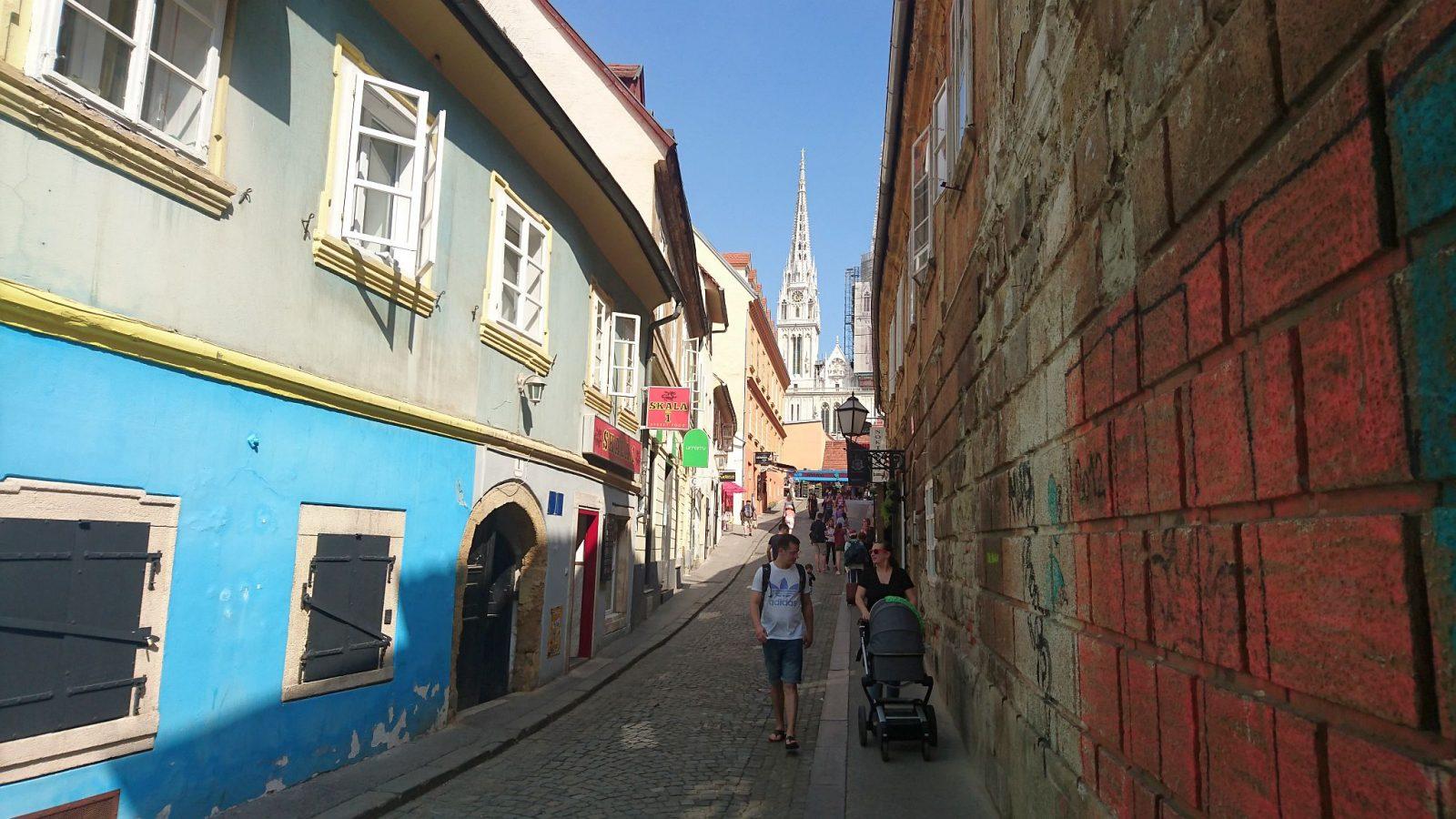 Die Skalinska Straße mit Blick auf die große katholische Kathedrale von Zagreb.