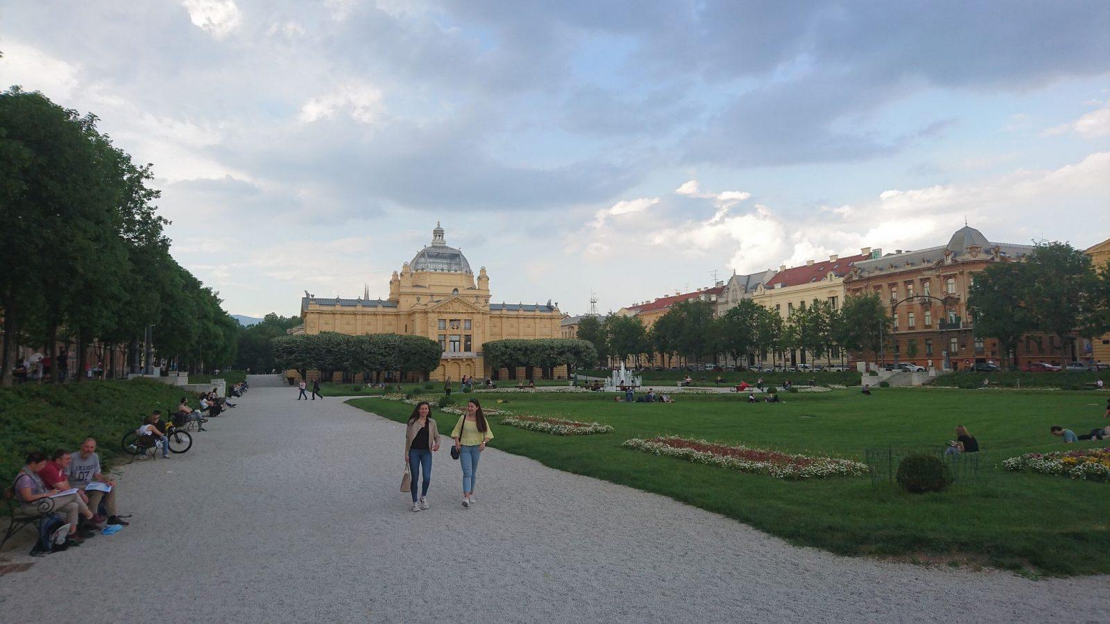 Der König-Tomislava-Platz mit dem Springbrunnen in der Mitte und dem Kunstpavillon (Museum) im Hintergrund.