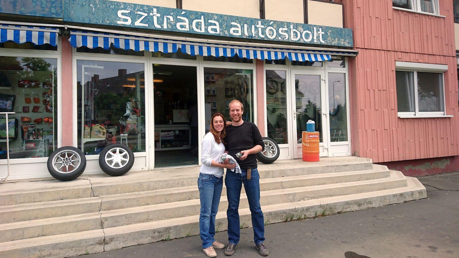 Vor dem Autoteileladen Sztráda Autósbolt in Nagykanizsa, Ungarn. Hätten wir doch zusätzlich bloß noch einen Satz Zündspulen mitgenommen.
