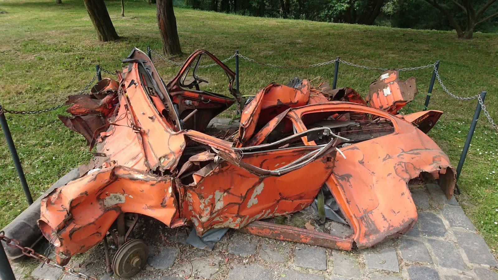 Nicht der Wartburg, aber ein alter Zastava im Bundek-Park, der bei einer Aufräumaktion aus einem Flussbett geholt wurde.