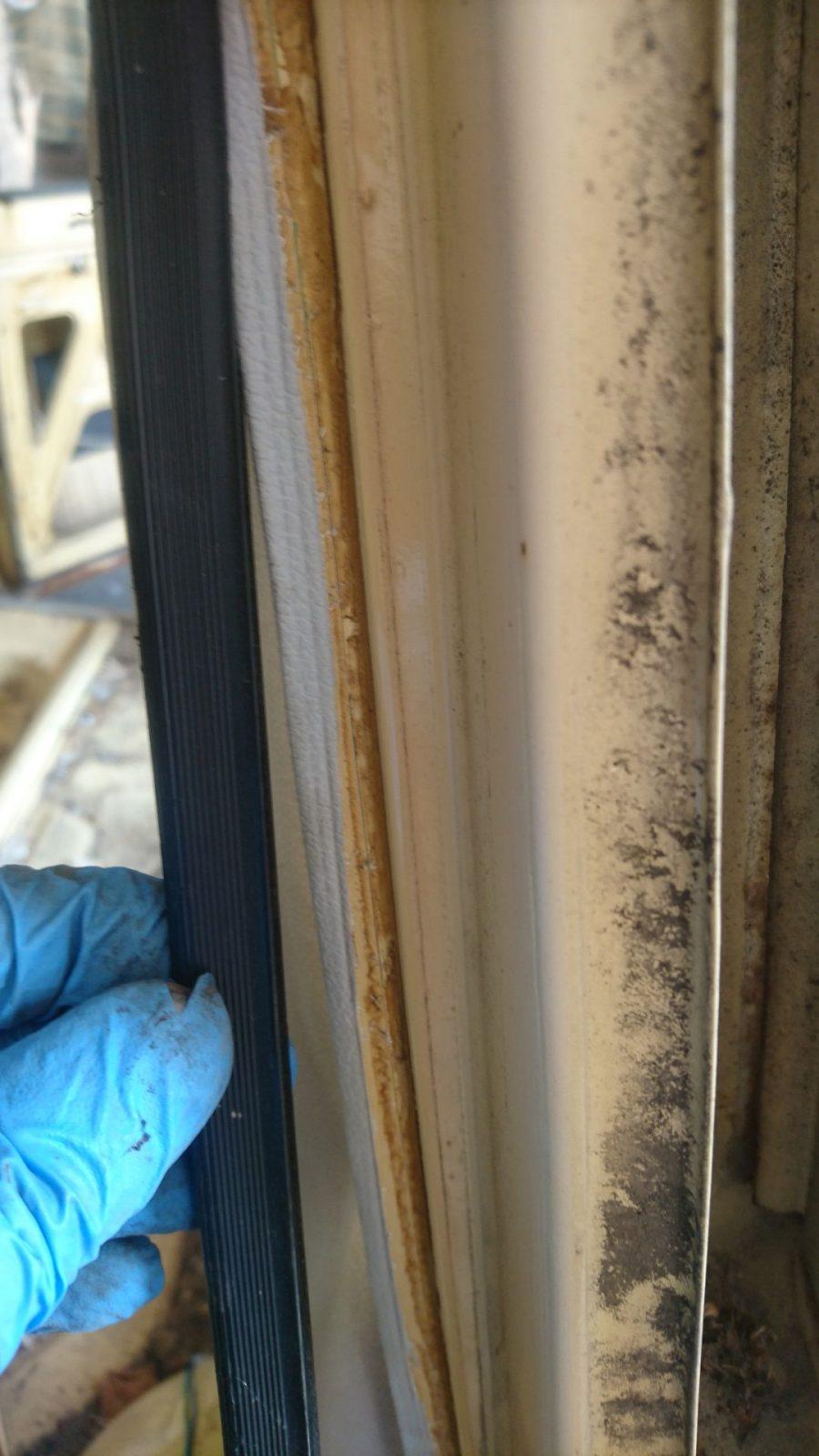Aha, die Innenverkleidung ist unter den Kantenschutzgummis der Türöffnungen umgeschlagen worden.
