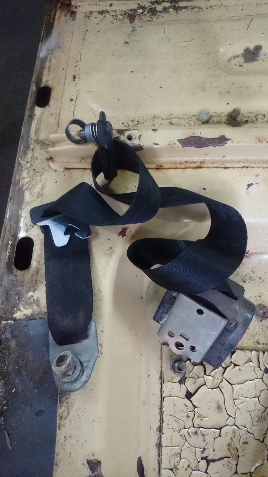 Abmontierter Anschnallgurt vorne links mit Position der Schrauben und Unterlegscheiben. Schließlich soll der ja auch wieder fachgerecht montiert werden.