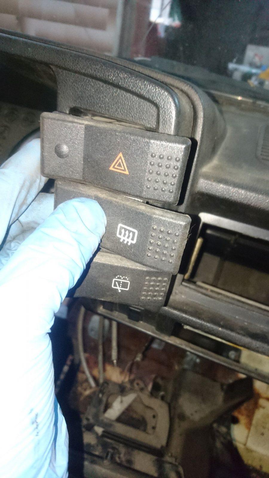 Nicht zu vergessen einmal ein Bild von der generellen Anordnung der Schalter zu machen. Oben die Warnblinkanlage, mittig die Heckscheibenheizung und unten die Heckscheiben-Wisch-Wasch-Anlage.