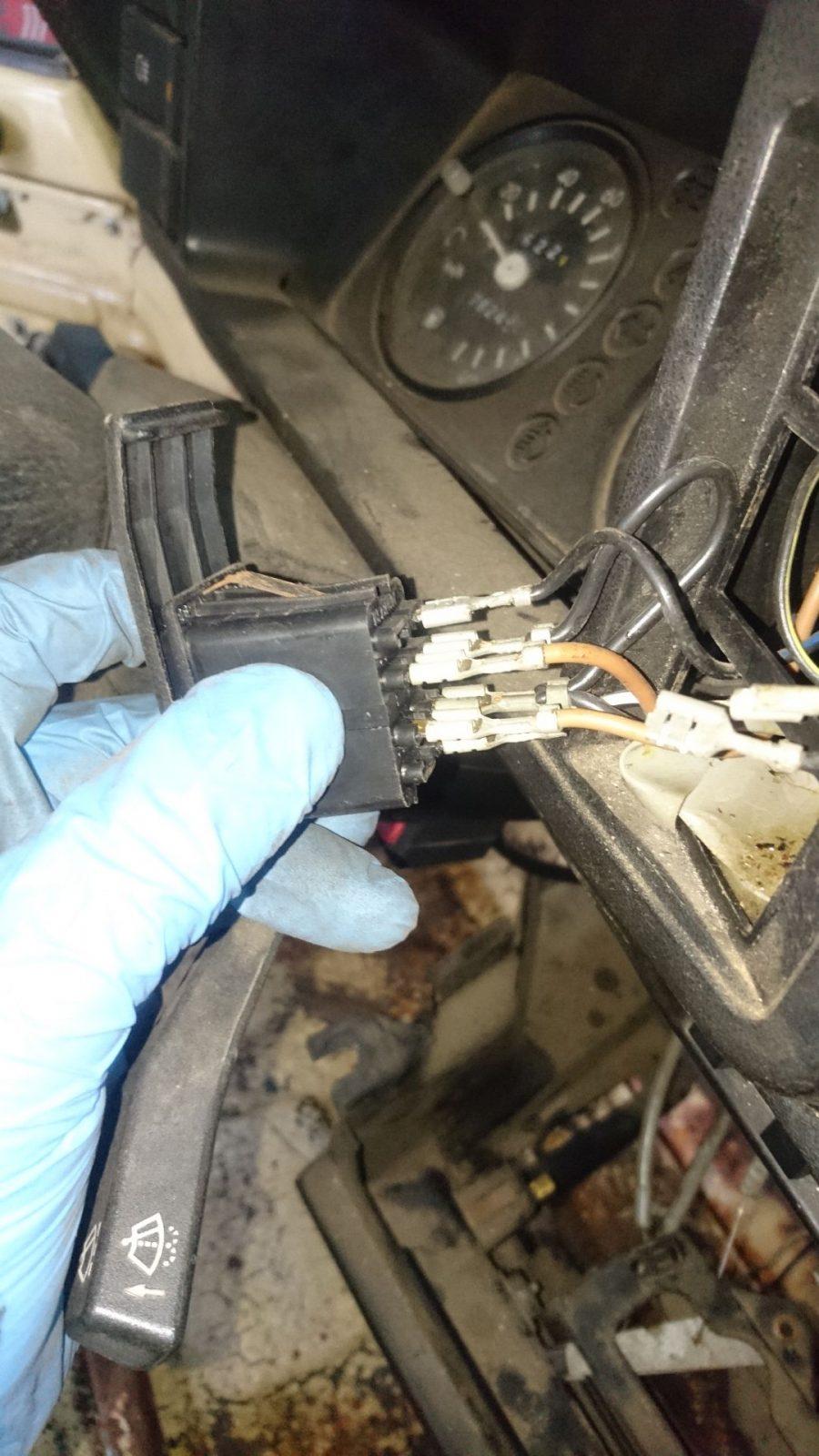 Die Anschlüsse und Kabel auf der Rückseite (unten) des Schalters der Heckscheiben-Wisch-Wasch-Anlage.