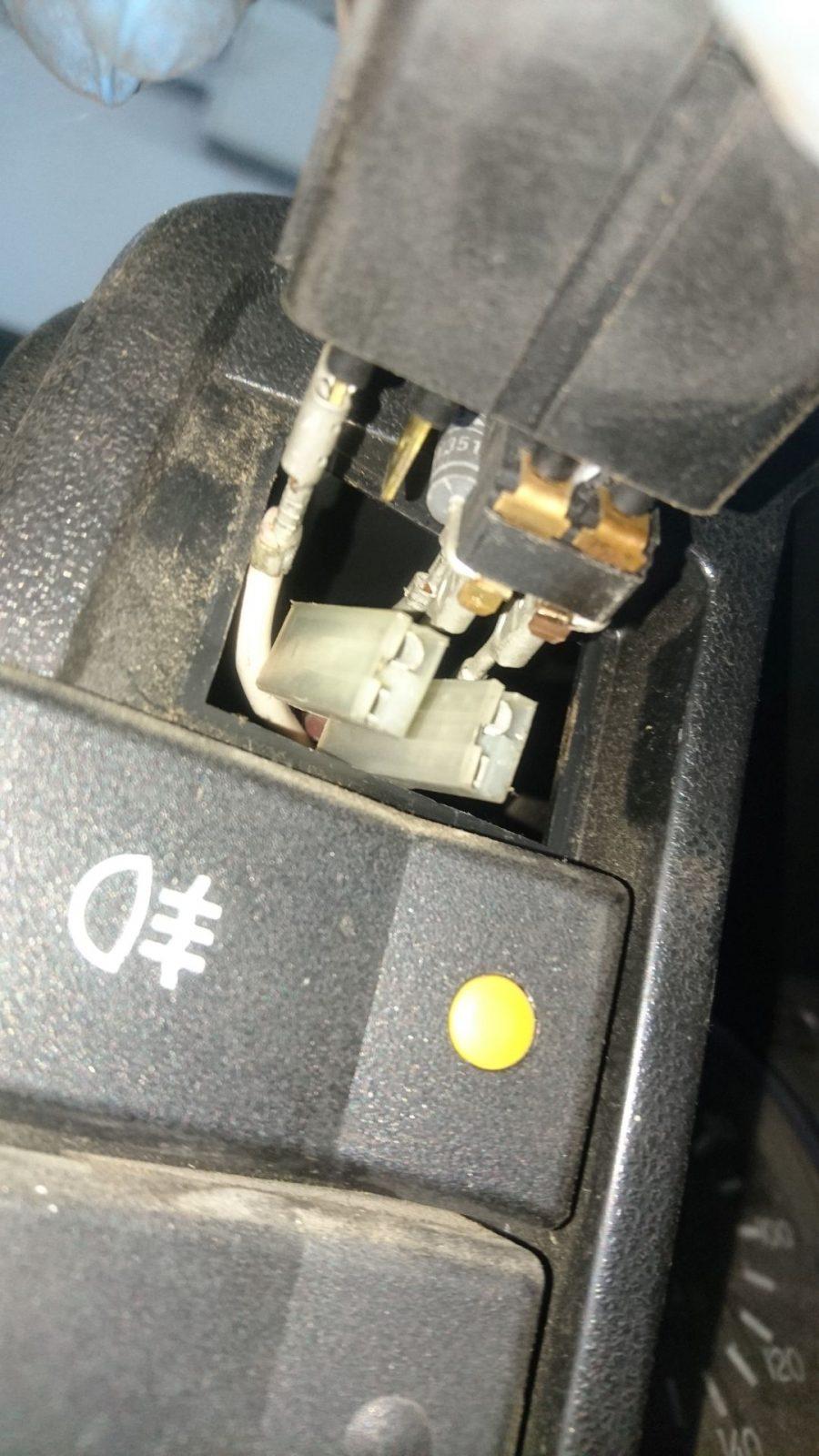 Die Unterseite vom Lichtschalter mit Anschlüssen und Kabelfarben. Leider sind gleich zwei Kabel beim Herausziehen abgerutscht.