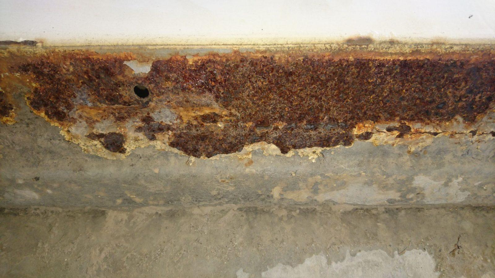 Das ist ausschließlich Oberflächenrost, der sich zwischen dem von mir so bezeichneten Schraubenträger und dem Karosserieseitenblech gebildet hat.