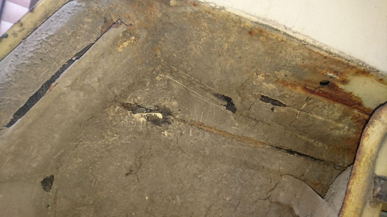 Rechts wie links Abplatzungen beim Steinschlagschutz, sonst aber erst einmal keine Löcher gefunden.