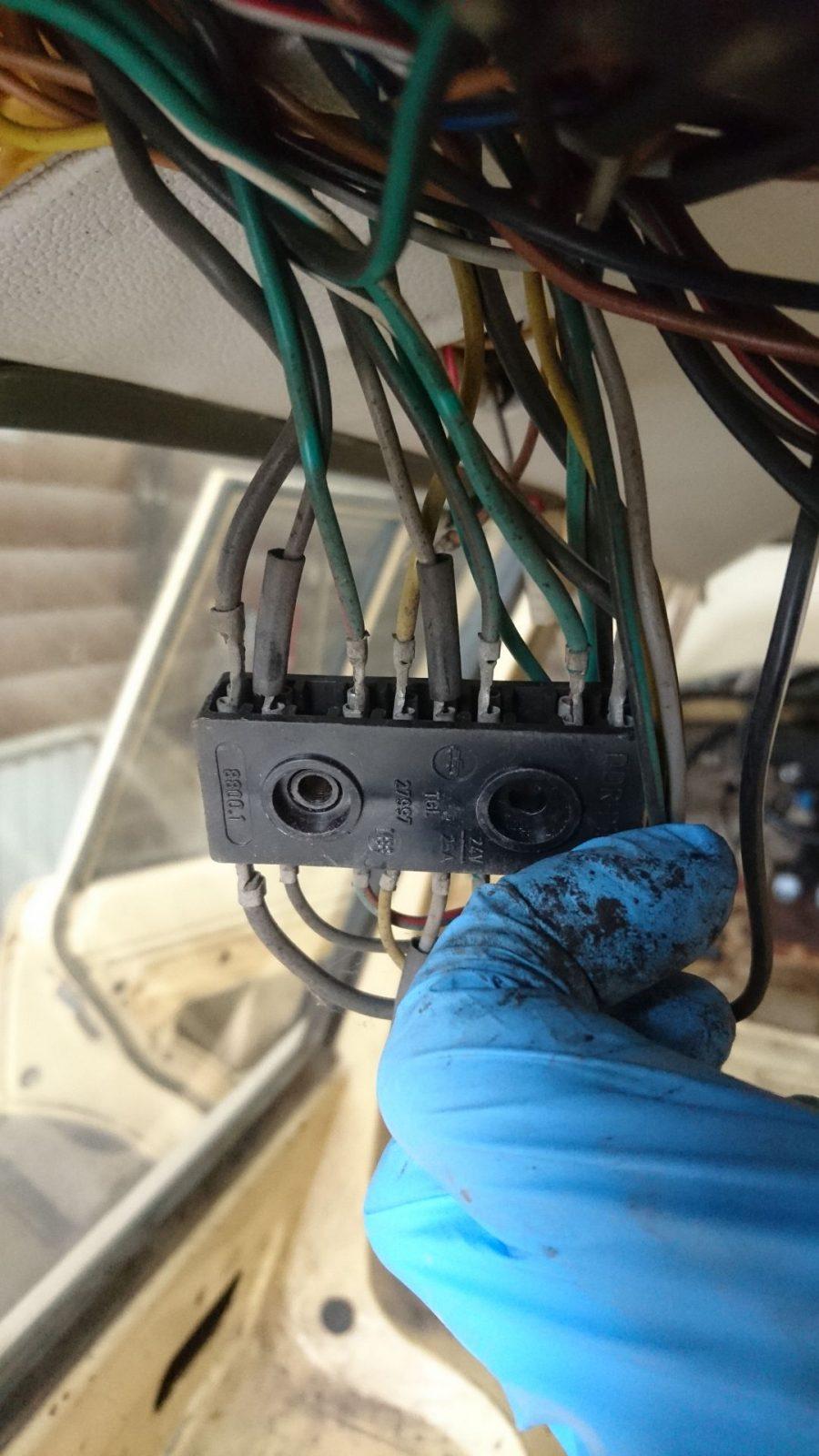 Das ist der untere der beiden Steckverbinder mit Blick auf die Kontaktseite, an der die Kabel, die vom Hauptkabelbaum kommen, aufgesteckt werden.