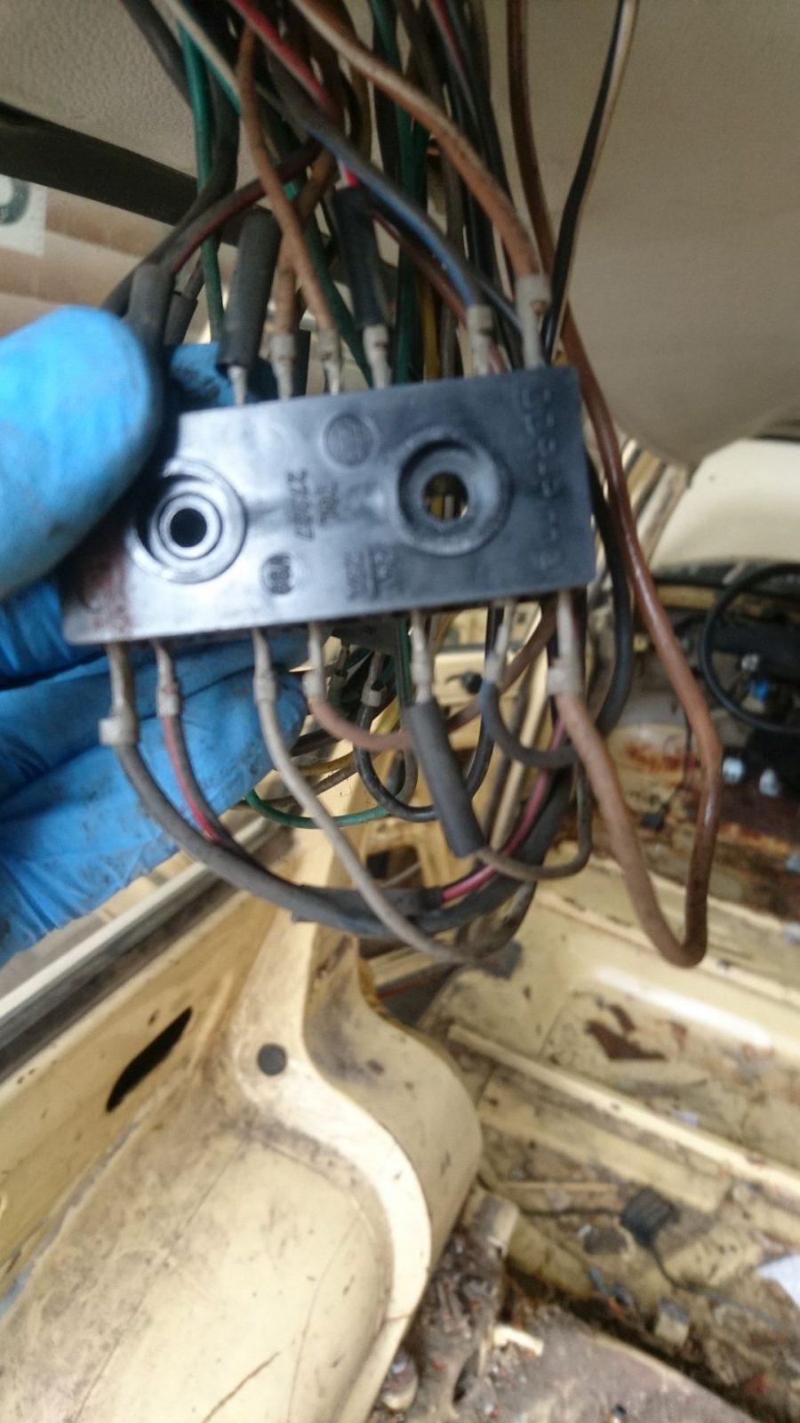 Das ist der obere der beiden Steckverbinder mit Blick auf die Kontaktseite, an der die Kabel, die zur Heckklappe führen, aufgesteckt werden. Leider nicht ganz scharf das Bild.