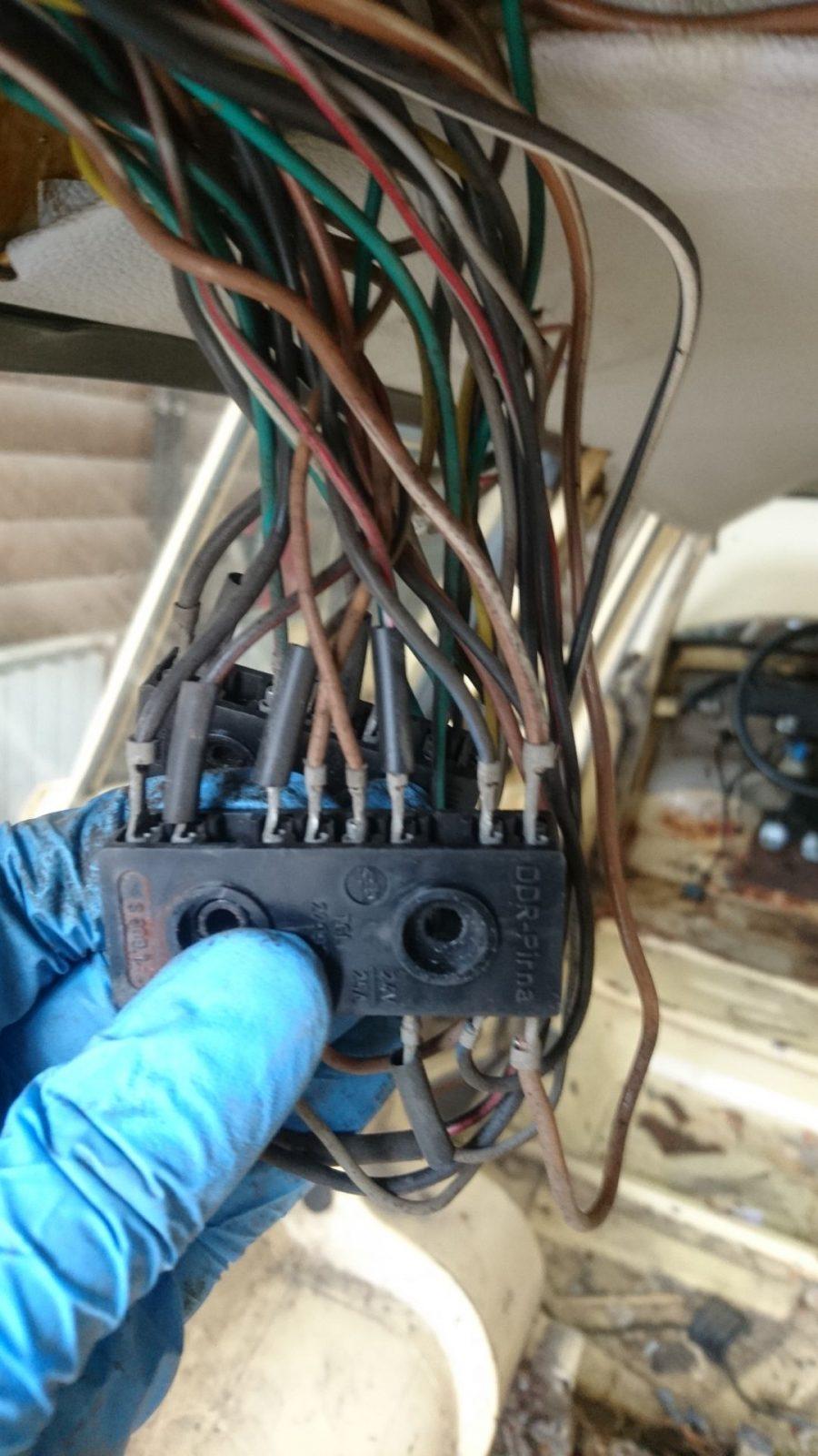Das ist der obere der beiden Steckverbinder mit Blick auf die Kontaktseite, an der die Kabel, die vom Hauptkabelbaum kommen, aufgesteckt werden.