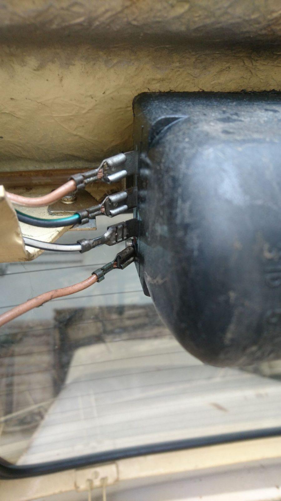 Kabelanschlusssituation am Motor der Heckscheiben-Wisch-Wasch-Anlage bei voll aufgeklappter Heckklappe.