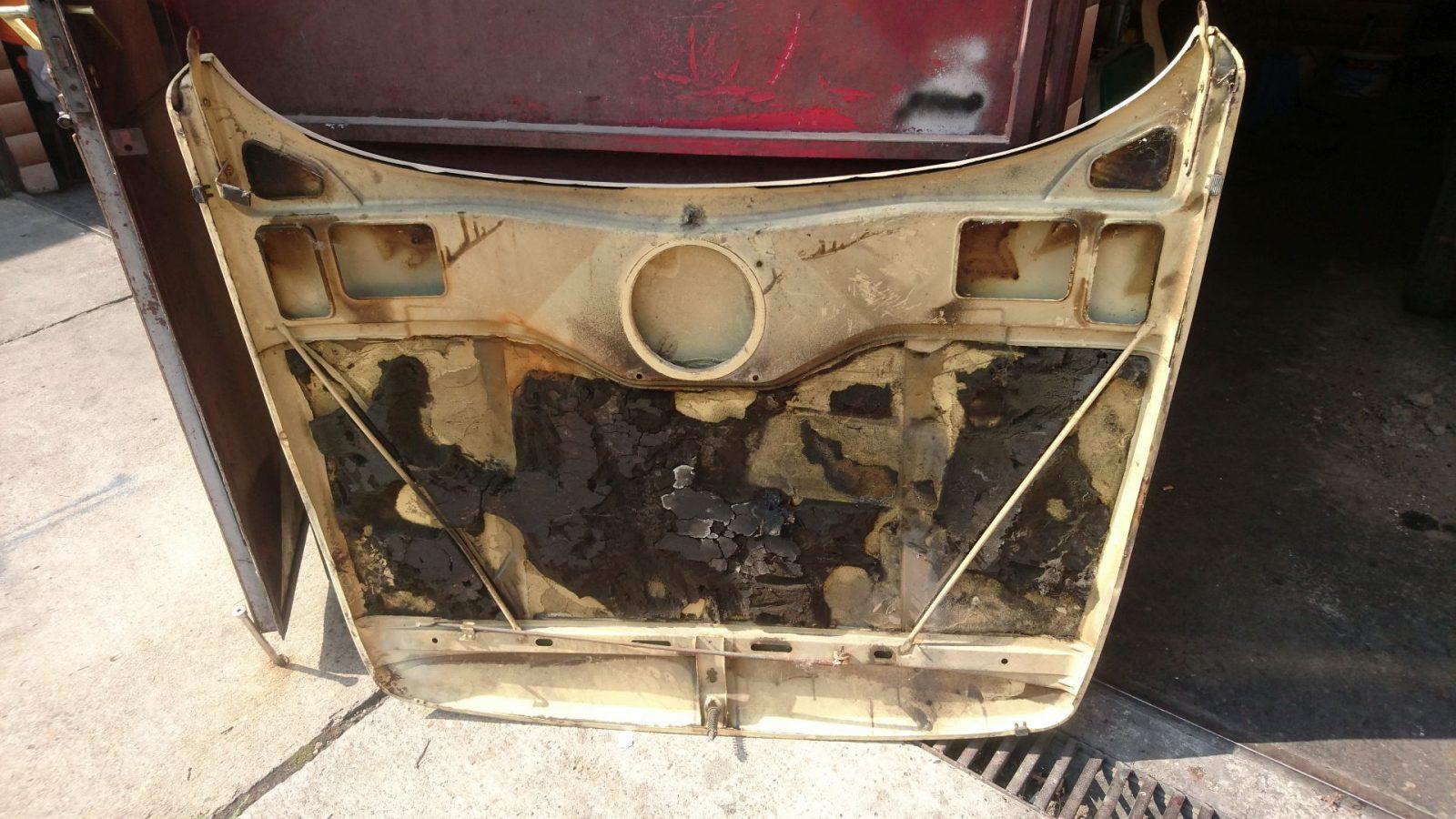 Die demontierte Motorhaube mit Anbeuteilen