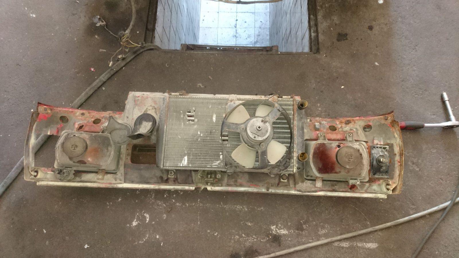 Der demontierte Kühlergrill mit Anbauteilen. Dem widmen wir uns zu einem anderen Zeitpunkt.