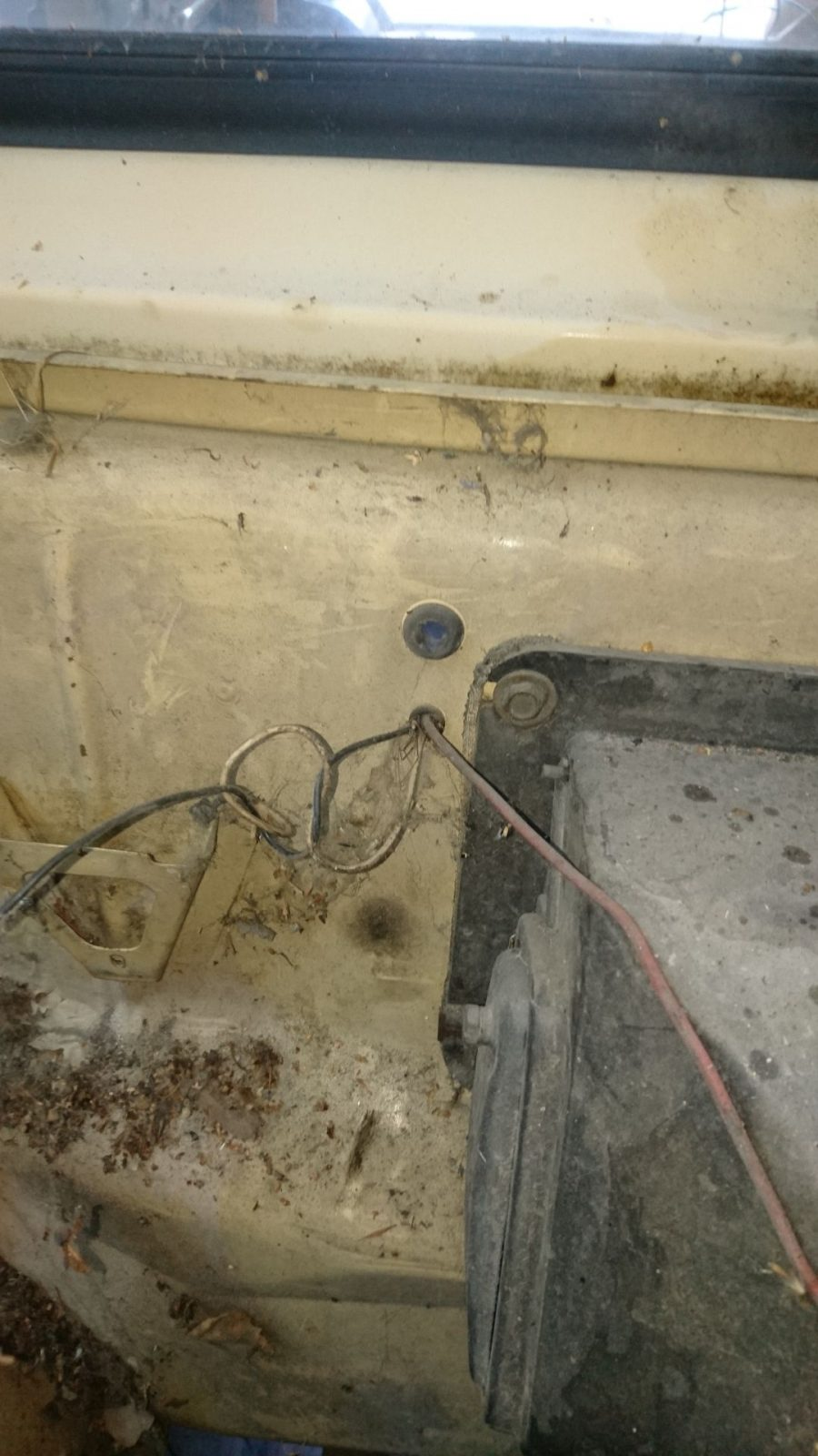 Kabeldurchführung neben dem Heizregister vom Motorraum aus gesehen.