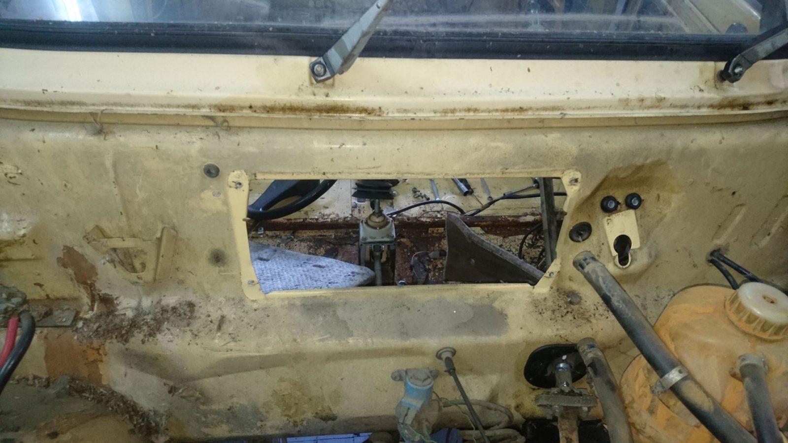 Ansicht vom Motorraum aus ohne Heizregister und Scheibenwischermotor.
