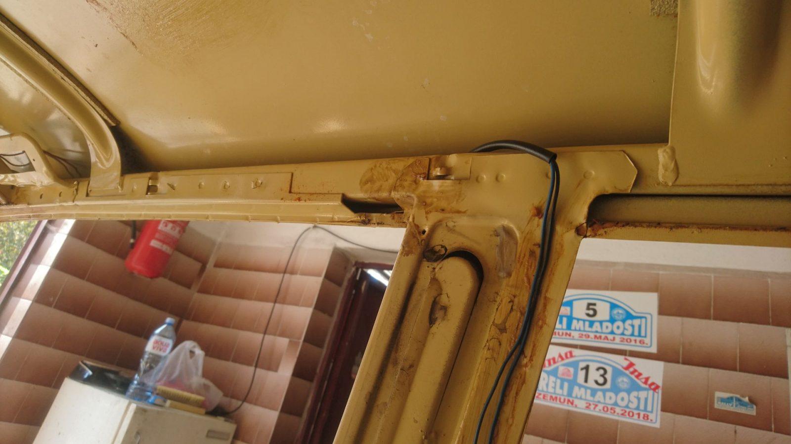Lage der Kabel zum Tankfüllstandsensor links entlang der C-Säule.