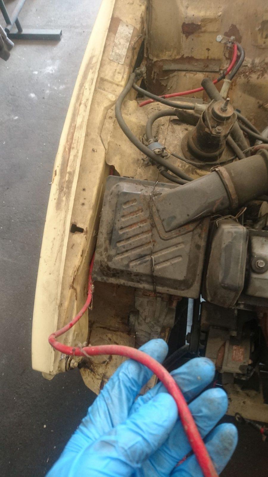 Das rote Kabel vom Anlasser führt direkt zum Pluspol der Batterie.