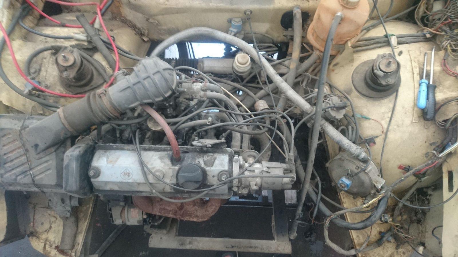 Das wird sicherlich interessant. Kabel- und Schlauchwirrwarr im Motorraum. Ein Teil gehört noch zur Autogasanlage.