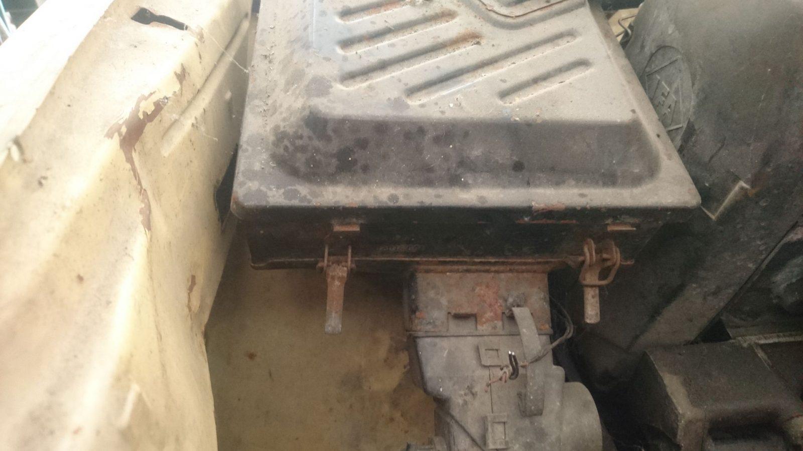 Die vorderen Scharniere des Luftfilterkastens auf dem linke vorderen Kotflügel.