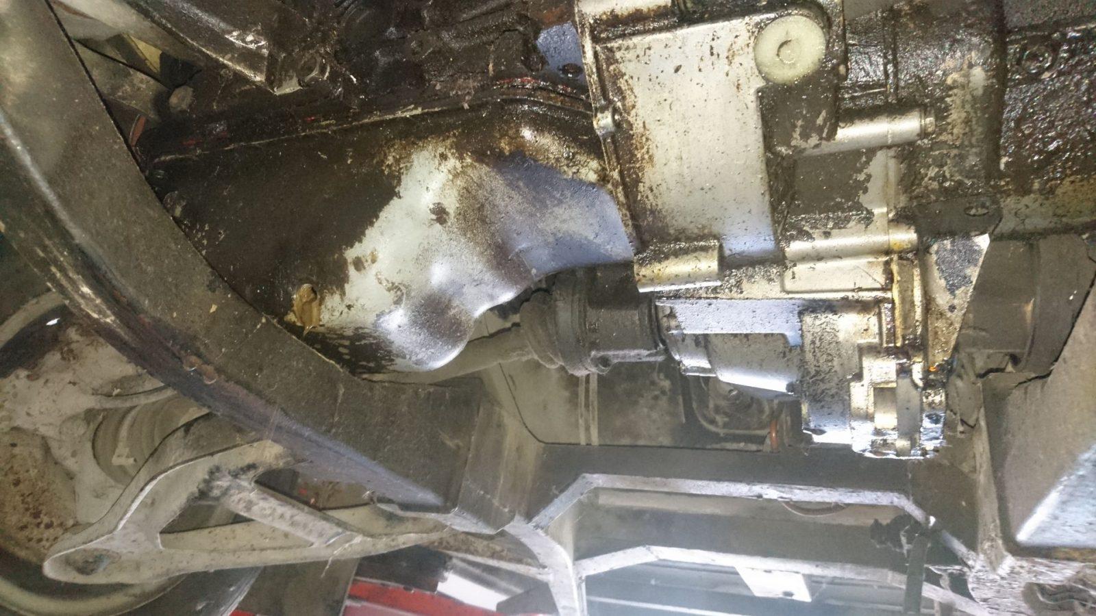 Auf der Hebebühne. Eigentlich wollten wir ja nur das Motoröl ablassen, es kam jedoch ein dicker Schwall Kühlwasser-Motoröl-Gemisch. Da hatte sich wohl zu guter Letzt die Zylinderkopfdichtung verabschiedet.