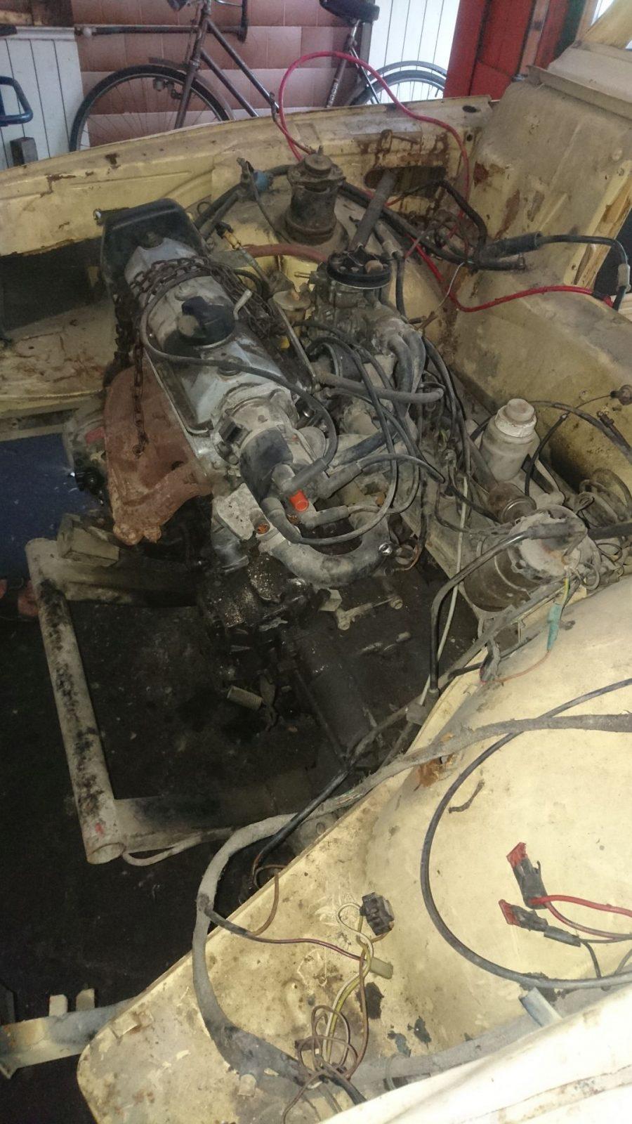 Alle Schrauben und Schläuche sowie die Antriebswellen wurden gelöst und mittels Flaschenzug kann der Motor dann raus gehoben werden.