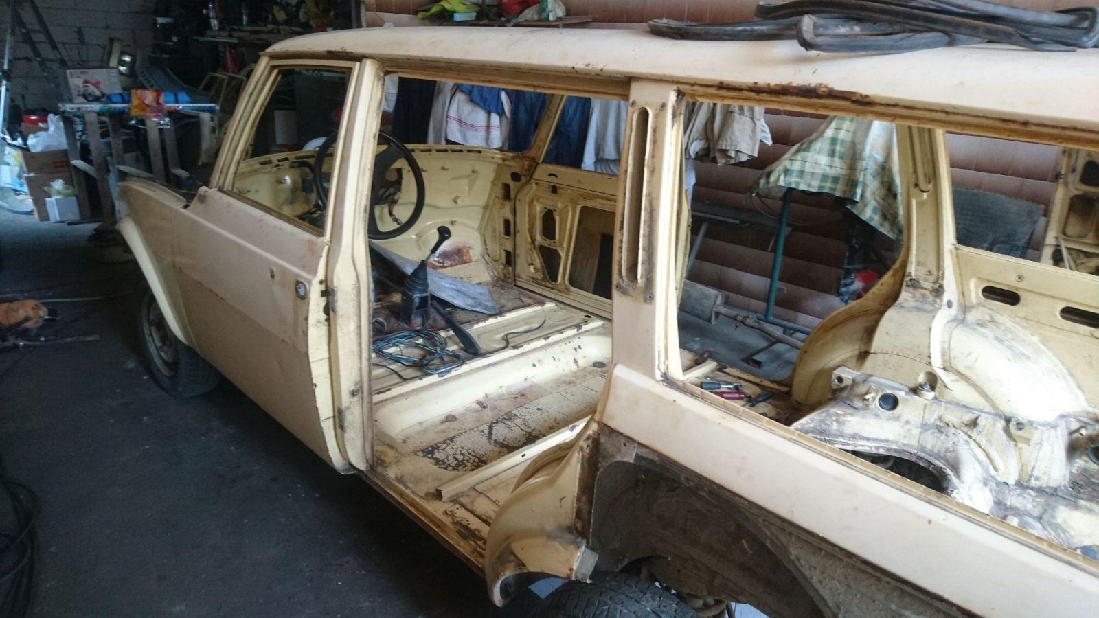 Die Karosserie ohne die hinteren Seitentüren.