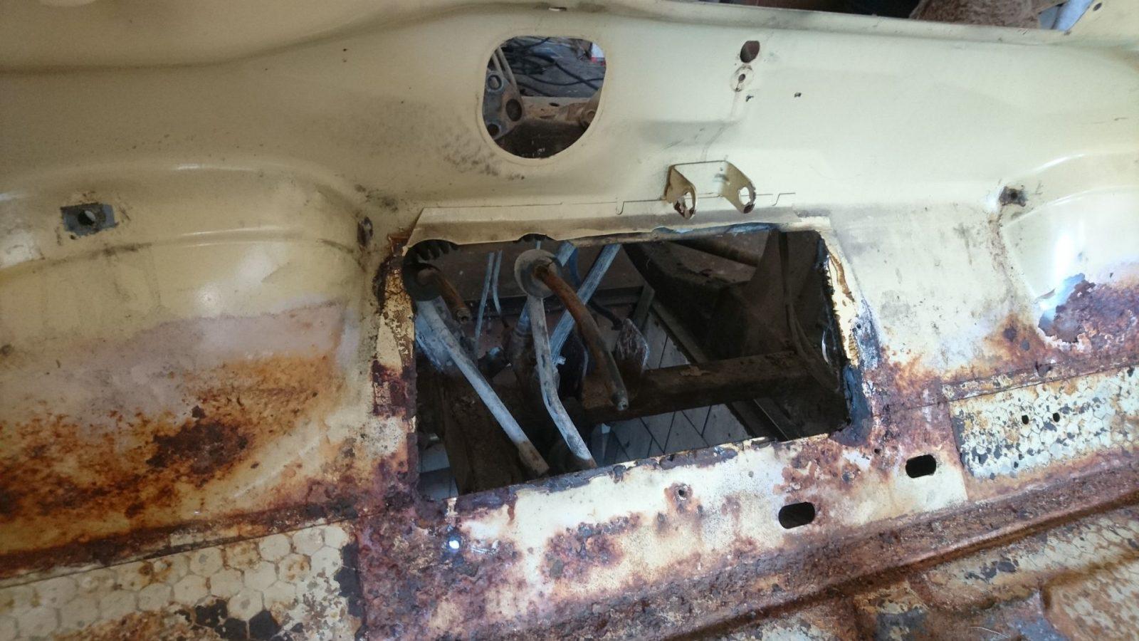 Die Pedale und das zugehörige Blech sind nun ebenfalls demontiert.