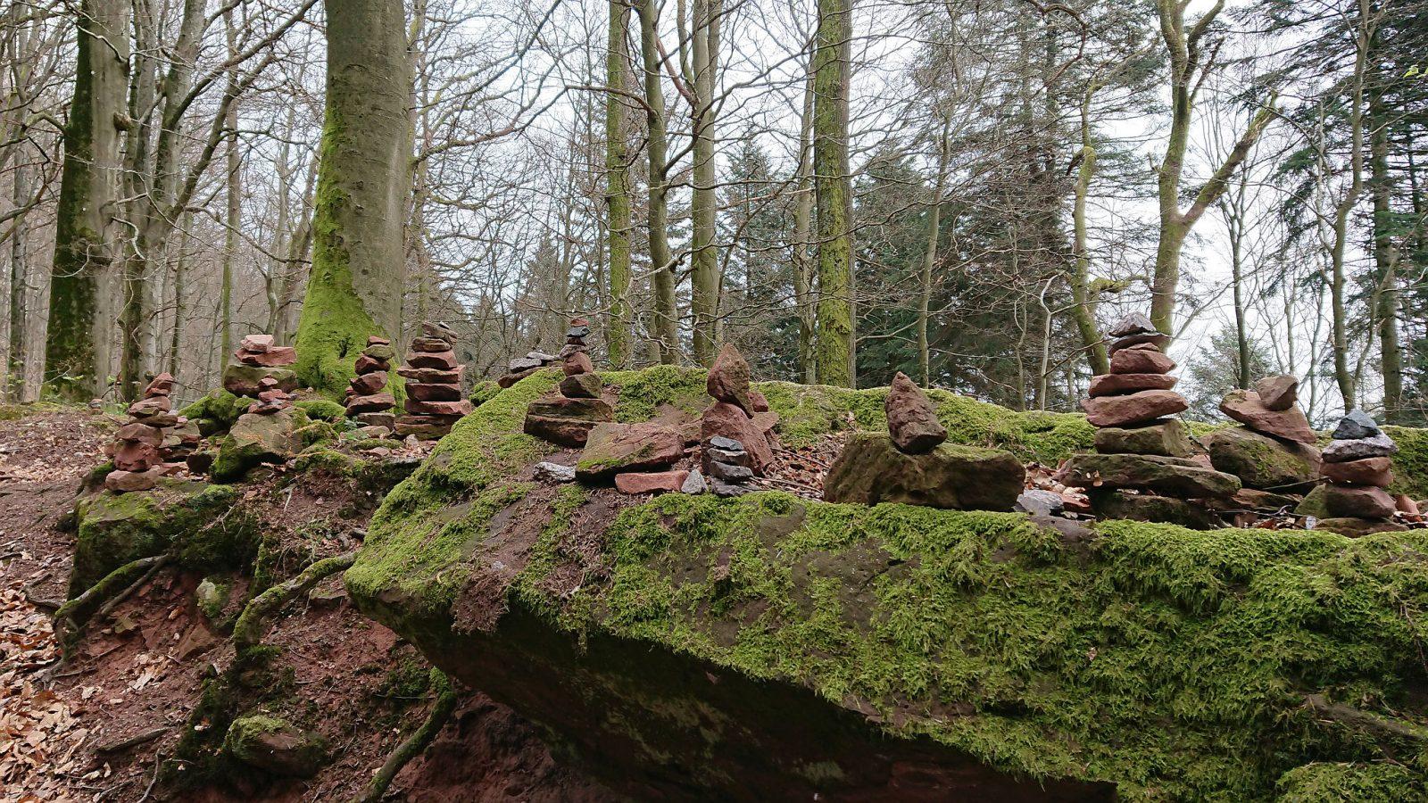 Steintürme säumen den Weg.